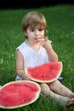 Little Boy dulce que come la sandía al aire libre en parque del verano Imagenes de archivo