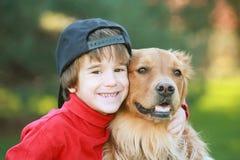 Little Boy e cão Fotos de Stock Royalty Free