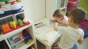 Little Boy e sua irmã bonito Drawing em casa filme