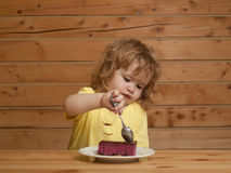 Little boy eats fruit cake Stock Photography