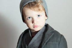 Little Boy en casquillo Niño hermoso elegante Niños de la moda en suéter Triste Fotos de archivo