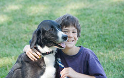 Little Boy en Hond Stock Afbeeldingen