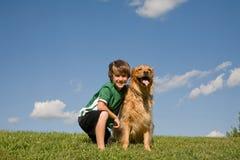 Little Boy en Hond Stock Foto's