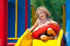 Little Boy en la piscina Fotos de archivo