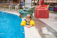 LITTLE BOY EN LA PISCINA Y LA SONRISA Fotos de archivo libres de regalías