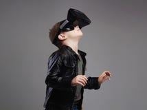 Little Boy en los vidrios de la realidad virtual que juegan al juego Embroma la diversión Fotos de archivo libres de regalías