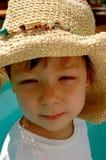 Little Boy en un sombrero de paja Foto de archivo
