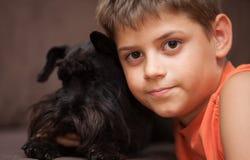 Little Boy en Zijn Hond Royalty-vrije Stock Foto's