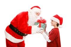 Little Boy erhält Geschenk von Sankt lizenzfreie stockfotos