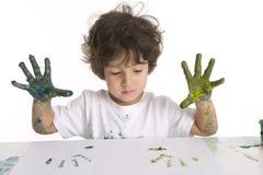 Little Boy está fazendo uma pintura de dedo Fotografia de Stock Royalty Free