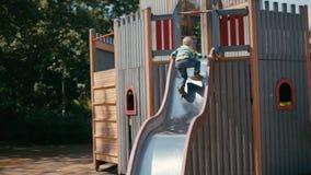 Little Boy está intentando subir una diapositiva pero por otra parte él falla y montando abajo metrajes
