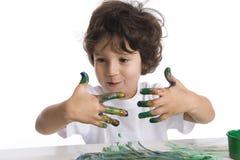 Little Boy está olhando seus dedos muito sujos W Foto de Stock Royalty Free