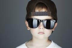 Little Boy Estilo del hip-hop Fashion Children Hermoso en gafas de sol Golpeador joven Imagen de archivo