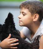 Little Boy et son crabot Photographie stock libre de droits