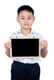 Little Boy för asiatisk kines bärande student Uniform Holding Chalkbo royaltyfria bilder