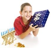 Little Boy feiert Chanukah Lizenzfreies Stockfoto