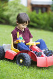 Little Boy felice che guida Toy Car Fotografia Stock