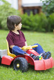Little Boy felice che guida Toy Car Immagine Stock