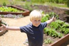 Little Boy feliz en el jardín afuera Fotos de archivo