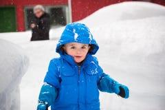 Little Boy feliz fora em um dia nevado Fotografia de Stock