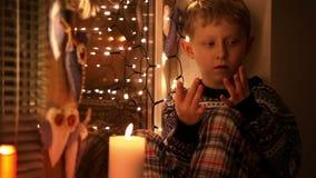 Little Boy Finger-räkna hur många gåvor ska komma med honom jultomten arkivfilmer
