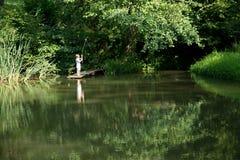 Little Boy-Fischen vom Rand des hölzernen Docks Stockfotografie
