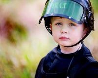 Little Boy in FLIEGENKLATSCHE Sturzhelm Lizenzfreie Stockfotos
