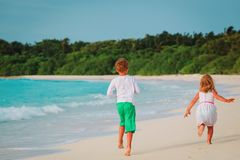 Little boy and girl run on beach Royalty Free Stock Photos
