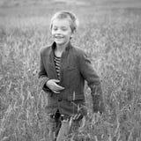 Little Boy-Glück-lächelndes Natur-draußen Konzept Stockfotos