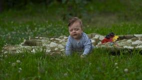 Little Boy hermoso está jugando solamente en jardín almacen de metraje de vídeo