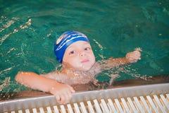 Little Boy in het Zwembad Royalty-vrije Stock Afbeeldingen
