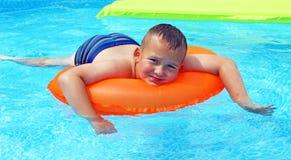 Little Boy in het Zwembad Stock Afbeelding