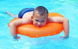 Little Boy in het Zwembad Stock Foto