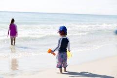 Little Boy heureux et sa soeur On The Beach Image libre de droits