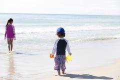 Little Boy heureux et sa soeur On The Beach Photo libre de droits