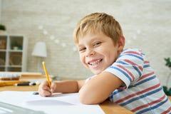 Little Boy heureux faisant le travail Image stock