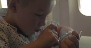 Little Boy i smart klocka lager videofilmer