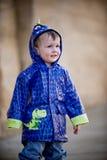 Little Boy im Regenmantel Lizenzfreies Stockbild