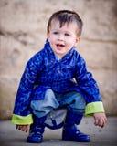 Little Boy im Regenmantel Lizenzfreie Stockbilder