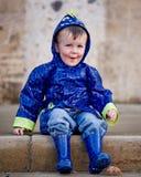 Little Boy im Regenmantel und in den Stiefeln Lizenzfreie Stockfotos