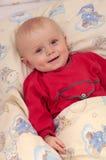 Little Boy im Schätzchen-Bett Lizenzfreies Stockbild