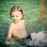 Little Boy im Swimmingpool Stockfotos