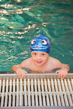 Little Boy im Swimmingpool Lizenzfreie Stockfotografie