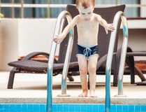 Little Boy im Swimmingpool Stockbilder