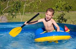 Little Boy im Swimmingpool Lizenzfreie Stockfotos