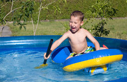 Little Boy im Swimmingpool Stockfoto