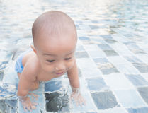 Little Boy im Swimmingpool Lizenzfreies Stockfoto