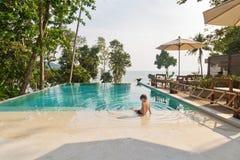 Little Boy im Swimmingpool Lizenzfreies Stockbild