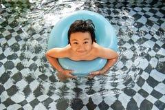 Little Boy im Swimmingpool stockfoto