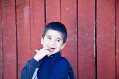 Little Boy inseguro y que se pregunta fotografía de archivo libre de regalías